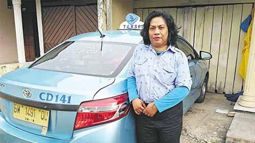 Sosok Kartini Masa Kini: Demi Anak dan Mamanya yang Sakit, Dewi Jalani Profesi Sopir Taksi di Pekanbaru