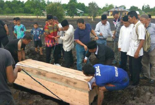 Selesai Autopsi, Jenazah Lelaki yang Ditemukan Membusuk Dimakan Biawak di Parit Jalan Yos Sudarso Selatpanjang Dimakamkan