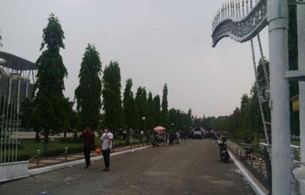 Demo Asap, Massa Robohkan Pagar Kantor Gubernur Riau