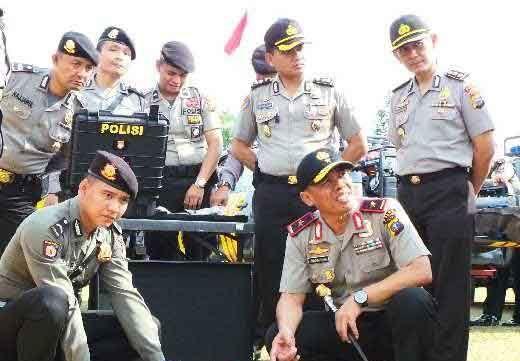 Momen Ini Bikin Kapolda Riau Brigjen Zulkarnain tanpa Pikir Panjang Rogoh Kocek untuk 2 Anggota Sabhara