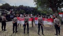 sekelompok-massa-demo-di-kpk-bawa-poster-yang-bertuliskan-indra-gunawan-eet-kebal-hukum