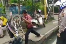 tak-terima-ditilang-polisi-pria-di-rengat-indragiri-hulu-mengamuk-banting-sepeda-motor