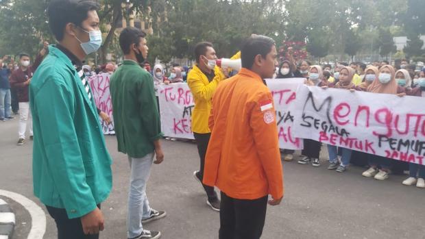 Mahasiswa dari Berbagai Kampus di Pekanbaru Gelar Aksi Tuntut JPU Kejati Bebaskan Sayuti Munthe