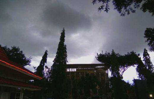 Peringatan Cuaca: Pekanbaru Diselimuti Awan Gelap, BMKG Prediksi Hujan dan Angin Kencang Melanda 7 Wilayah di Riau hingga Malam Ini
