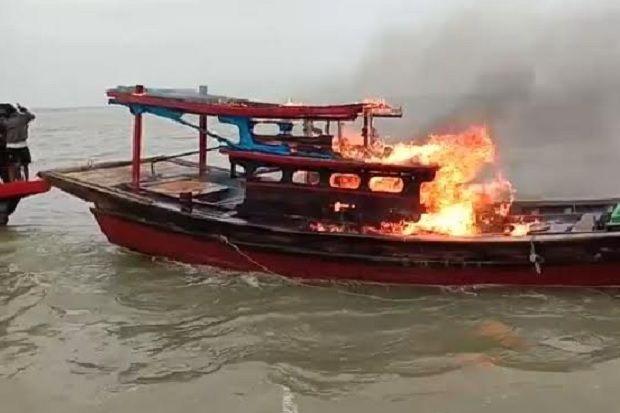 Nelayan Panipahan Rokan Hilir Tangkap dan Bakar Kapal Pengguna Pukat Harimau