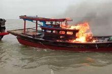 nelayan-panipahan-rokan-hilir-tangkap-dan-bakar-kapal-pengguna-pukat-harimau