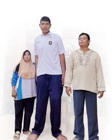 anak-tertinggi-di-dunia-usianya-baru-16-tahun-tinggi-remaja-di-rokan-hilir-ini-sudah-26-meter