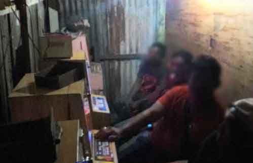Lagi Asyik-asyiknya Main Judi <i>Jackpot</i>, Empat Sekawanan Diringkus dari Sebuah Gubuk Jalan Kelakap Dumai