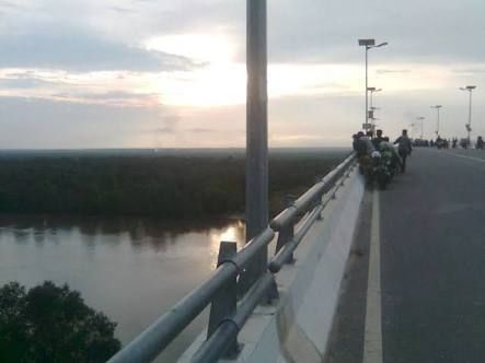 Woalah! Jembatan Maredan Kabupaten Siak Diduga Dijadikan Tempat Mesum bagi Pasangan Muda-mudi di Malam Hari