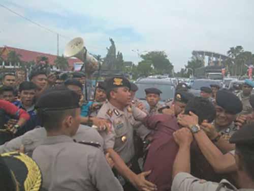 Mahasiswa Demo di Kantor Gubernur Riau Pertanyakan Penyaluran Beasiswa Tahun 2016