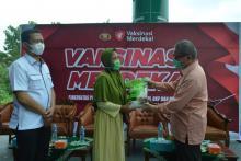 gandeng-cipayung-plus-dan-pemuda-muhammadiyah-riau-polisi-gelar-vaksin-dan-bagi-beras-di-pekanbaru
