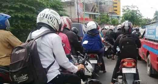 Jelang Pelantikan Septina Primawati, Jalan Jenderal Sudirman Pekanbaru Menuju Gedung DPRD Riau Macet Total