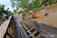 lewati-jembatan-tak-layak-di-desa-pulaukecil-indragiri-hilir-mobil-pengangkut-ratusan-ayam-tercebur