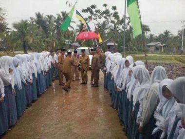 datang-ke-batang-tuaka-bupati-inhil-harapkan-partisipasi-masyarakat-bagi-pembangunan-pendidikan