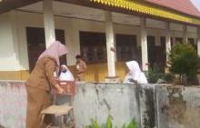 sdn-140-di-kawasan-bambukuning-pekanbaru-kebanjiran-siswa-dan-guru-tetap-masuk-sekolah-ada-yang