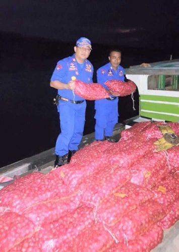 Diuber Polisi, Nakhoda dan ABK Nekat Terjun ke Laut, Tinggalkan Kapal Bermuatan 500 Karung Bawang Merah Pulau Rupat Kabupaten Bengkalis