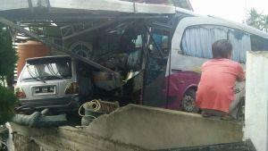 Diduga Melaju dengan Kecepatan Tinggi, Bus Medan Jaya Tabrak Rumah dan Mobil Milik PNS Pemkab Kuansing