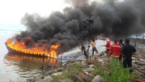 Kapal Pompong Terbakar di Perairan Dermaga D Pelabuhan Dumai, Seorang Dilarikan ke Rumah Sakit