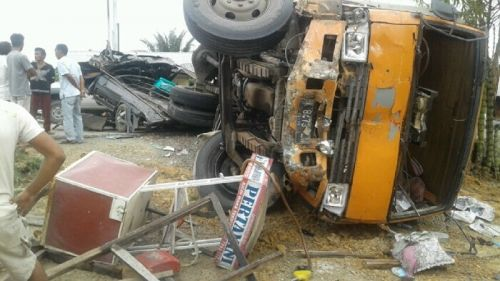 Tabrakan Beruntun di Jalan Lintas Duri-Pekanbaru, Truk PMH Bermuatan Paket Terguling dan Hantam 3 Mobil yang Sedang Melintas