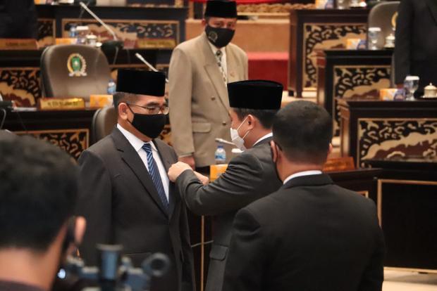 "Syahroni Tua Resmi Gantikan Almarhum Noviwaldy ""Dedet"" Jusman di DPRD Provinsi Riau"