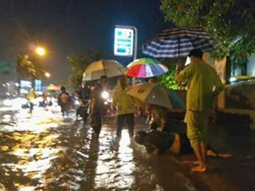 Pemotor Terpeleset ke Selokan dan Nyaris Tergulung Arus Banjir di Depan RS Awal Bros Pekanbaru