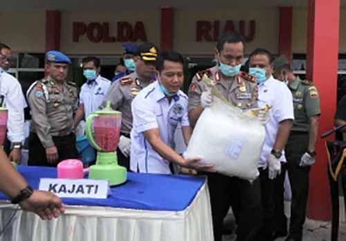 Mirip Acara Masak-memasak, Polda Riau Musnahkan 40 Kg Sabu dan 160 Butir Ekstasi yang Nilainya Setara Rp80 Miliar, Saat Diblender Jadi Mirip Jus Warna-warni