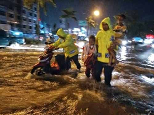 Kisah Pak Polisi Baik Hati, tanpa Alas Kaki Menolong Pengendara yang Terjebak Banjir di Depan RS Awal Bros Jalan Sudirman Pekanbaru