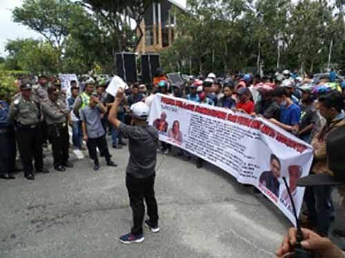 Puluhan Massa Antikorupsi Unjuk Rassa di Kejati dan Polda Riau