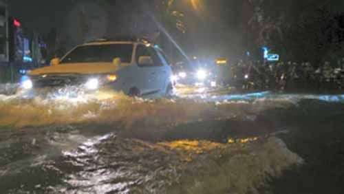 Diguyur Hujan Deras, Jalan Protokol di Kota Pekanbaru Terendam Banjir, Banyak Kendaraan yang Mogok akibat Nekat Menerobos