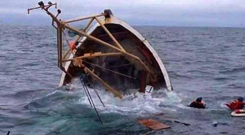 Kapal Tenggelam Dihantam Ombak Laut Dumai, Dua Nelayan Bertahan pada Tong Ikan