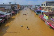 saat-jalan-raya-kota-pasirpangaraian-berubah-jadi-sungai-akibat-banjir