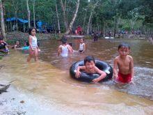 libur-tahun-baru-ke-kampar-yuk-berenang-di-sungai-hijau