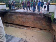brum-jembatan-sungai-bawang-ambruk-akses-jalan-lintas-telukkuantanpekanbaru-putus