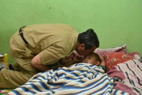 Doa Mengharukan Bupati Siak Syamsuar, Ketika Jenguk Lutfi Hakim Korban Kecelakan Maut di Jalan Lintas Sungai Pakning-Siak