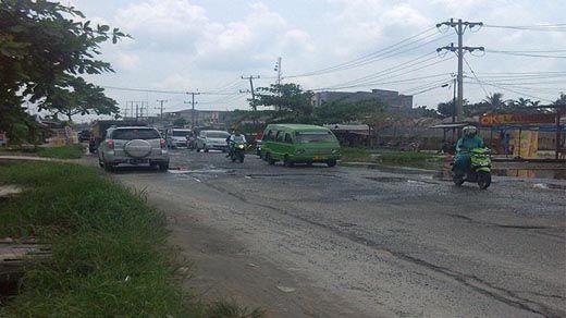 """Jalan Garuda Sakti Pekanbaru Tepatnya di Kilometer 1 Rusak Parah, Lubang """"Menganga"""" Menunggu Korban"""