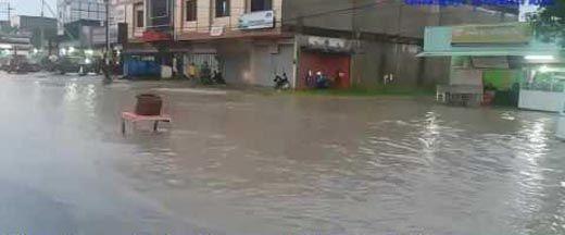 Jalur Lintas Sumatera di Jalan Hang Tuah Kota Duri Mendadak seperti Anak Sungai, Ketinggian Air Mencapai Selutut Orang Dewasa