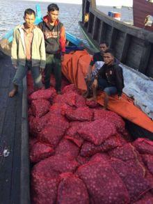 polair-dumai-tangkap-km-meranti-pengangkut-5-ton-bawang-merah-asal-malaysia-yang-disembunyikan-di
