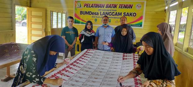 Langgam Sako, Satu-satunya BumDes di Kabupaten Bengkalis Memproduksi Batik Tenun