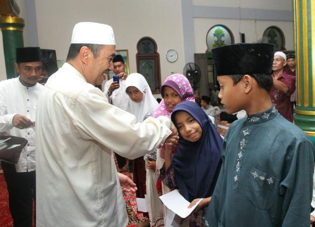 Safari Ramadan Perdana, Bupati Siak Santuni 203 Anak Yatim Piatu di Mesjid Nur Huda Kecamatan Mempura