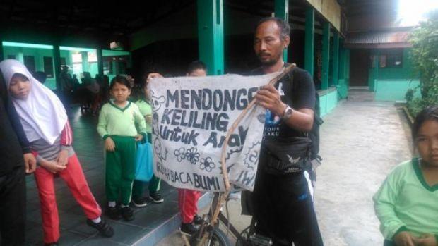 Kisah Hebat Pak Samsudin, Mengayuh Sepeda Keliling Indonesia Cuma buat Mendongeng untuk Anak