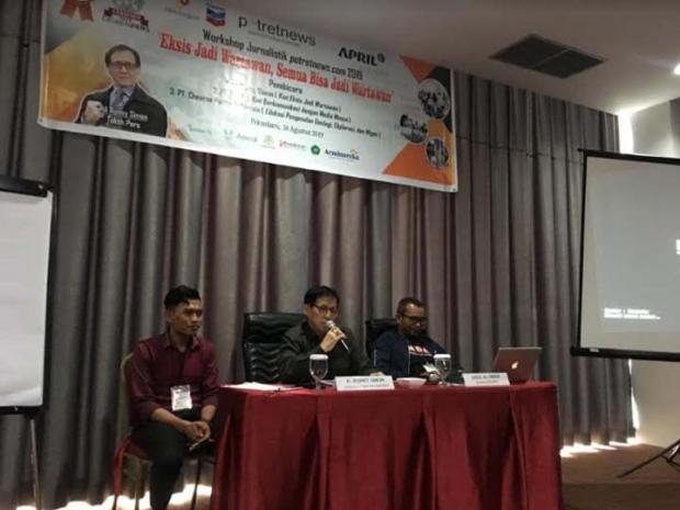 Ronny Simon, sang Wartawan Tiga Zaman Pukau Peserta Workshop Jurnalistik <i>potretnews.com</i> 2019 di Pekanbaru