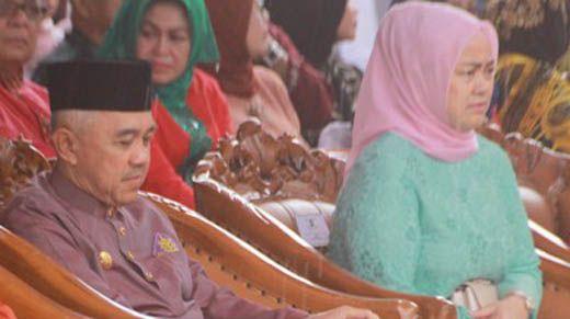 Gubernur Riau Arsyadjuliandi Rachman Jenguk Mantan Wali Kota Pekanbaru Herman Abdullah di RS Awal Bros